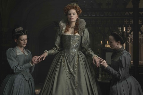 4113_D001_00325_R_CROP(ctr) Margot Robbie stars as Queen Elizabeth I in MARY QUEEN OF SCOTS, a Focus Features release.Credit:  Parisa Tag / Focus Features